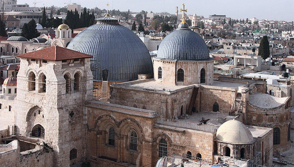 De très nombreux lieux sont l'objet d'adoration et de pélerinages. Citons par exemple l'église du St Sépulcre à Jérusalem, la basilique de la Nativité à Béthléem, le mur des Lamentations à Jérusalem, la mosquée du Haram de La Mecque...