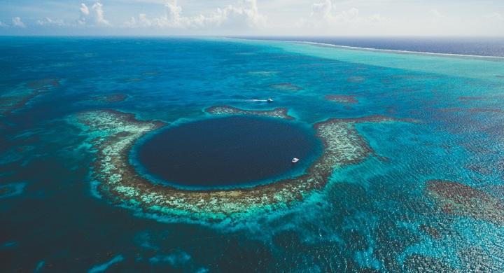 Un atoll est une île corallienne basse présentant une forme annulaire et abritant un lagon, souvent de faible profondeur, en son centre. La Bible parle des îles dans le sens figuré.