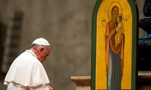 Le pape s'incline pour prier l'icône de Marie, c'est de l'idolâtrie !