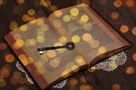 Jésus tient la clé de David, il ouvre la porte de l'enclos des brebis pour les mener à la vie éternelle. La clé de la connaissance de Dieu se trouve dans la Bible.