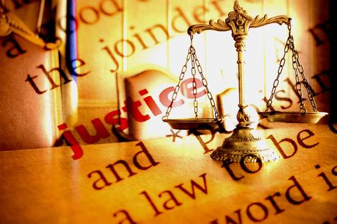 La justice de Dieu est ce qui est en jeu dans la permission divine du mal sur terre. Le Dieu tout-Puissant devrait-il exercer son pouvoir sur les humains ? Et exercerait-il ce pouvoir avec Justice? Les humains ne seraient-ils pas plus heureux sans Dieu ?