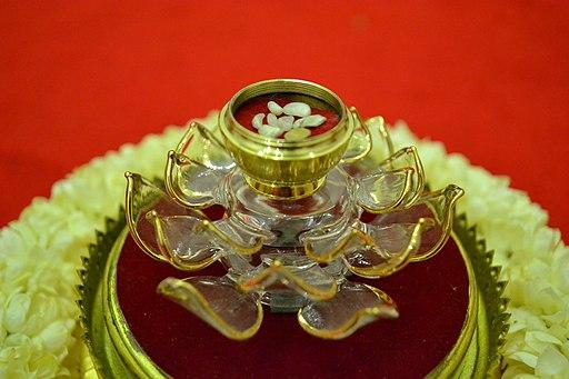 Le culte des reliques repose sur le possible transfert de la sacralité du corps saint sur l'objet qu'il a touché. L'objet sacré peut à son tour transmettre son pouvoir sur le dévot qui lui rend un culte. Le culte des reliques est dans plusieurs religions.