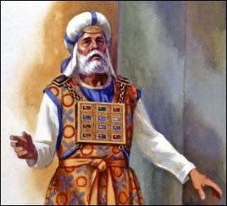 Jésus porte une ceinture d'or sur sa poitrine, sur son cœur, tout comme le pectoral du jugement était porté sur la poitrine du grand-prêtre . L'urim et le thummim, placés dans le pectoral du jugement, se trouvaient ainsi sur le cœur du grand prêtre.