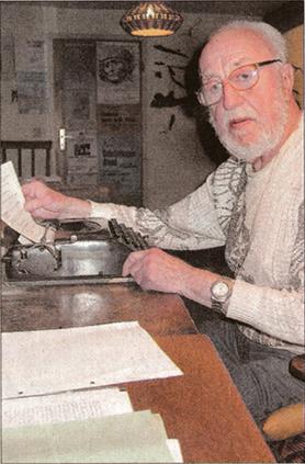 Joachim Tettenborn im Jahr 2003 - man vergleiche die Schreibmaschine mit der auf dem ersten Foto. (Foto: Dietrich)