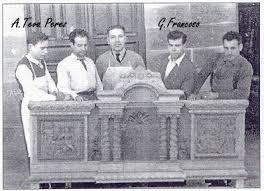 Guillermo Francoso con la cartelera central del paso de cristo
