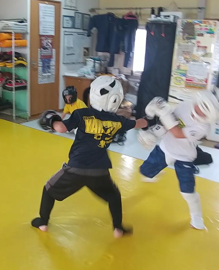 小学生のキックボクシングスパーリング。初心者からでも安心して練習が出来ます。