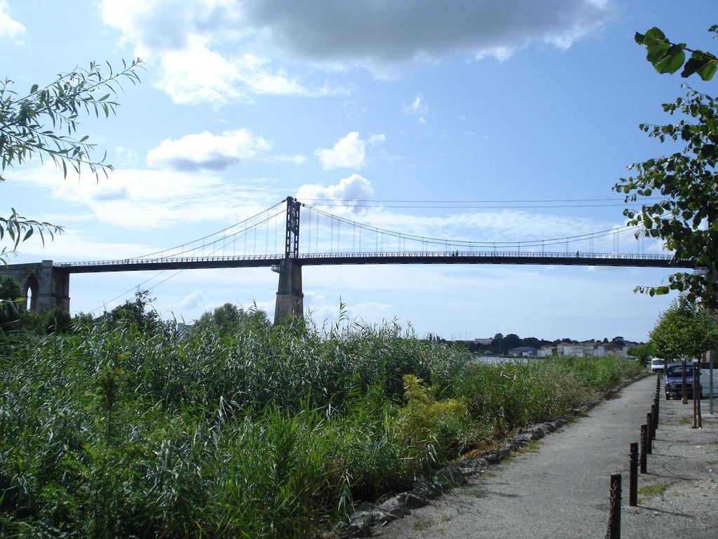 Le Pont suspendu de Tonnay-Charente, à 5 mn du gîte