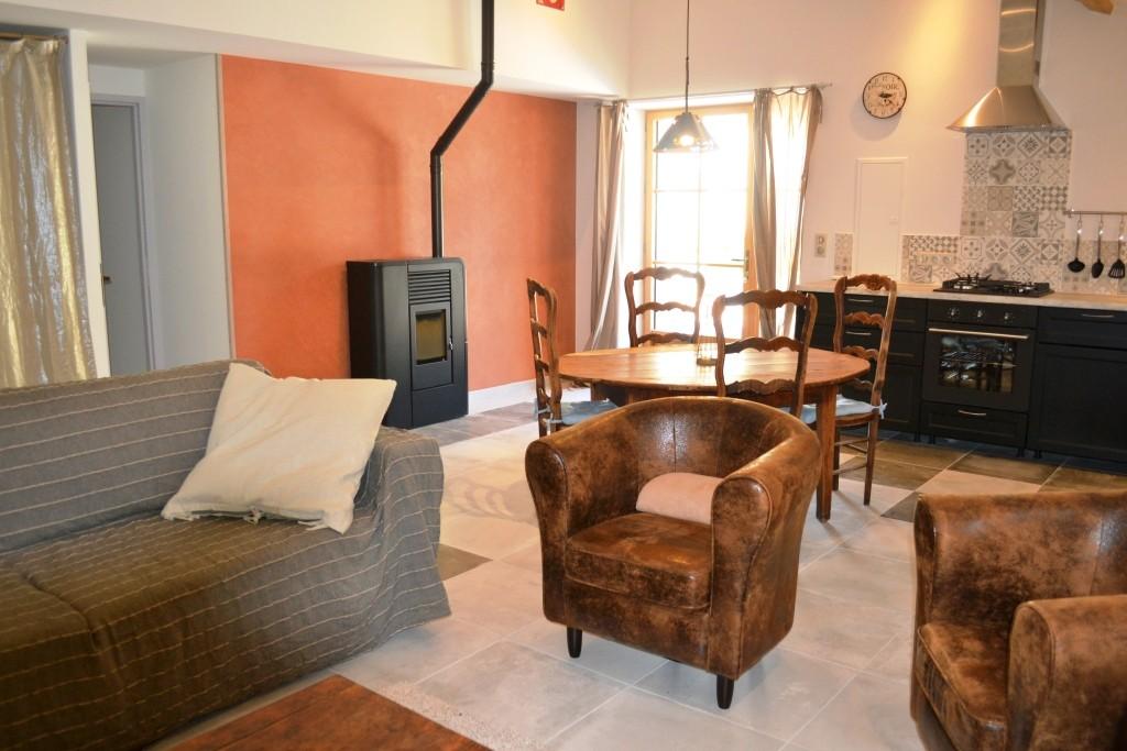 La Petite Grange -vue sur entrée cuisine et salon canapé 4 places et deux fauteuils, TV Chaîne hifi bluetooth- Gîtes du Maréchat à Cabariot