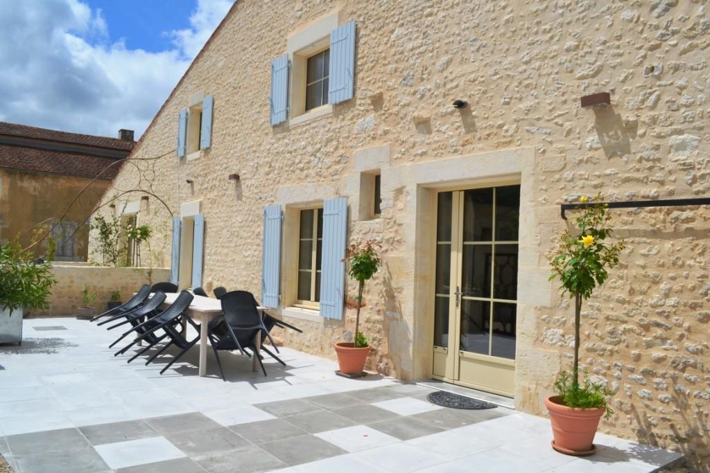 Grande table à manger à l'extérieur - Terrasse La Grange - Gites du Maréchat à Cabariot