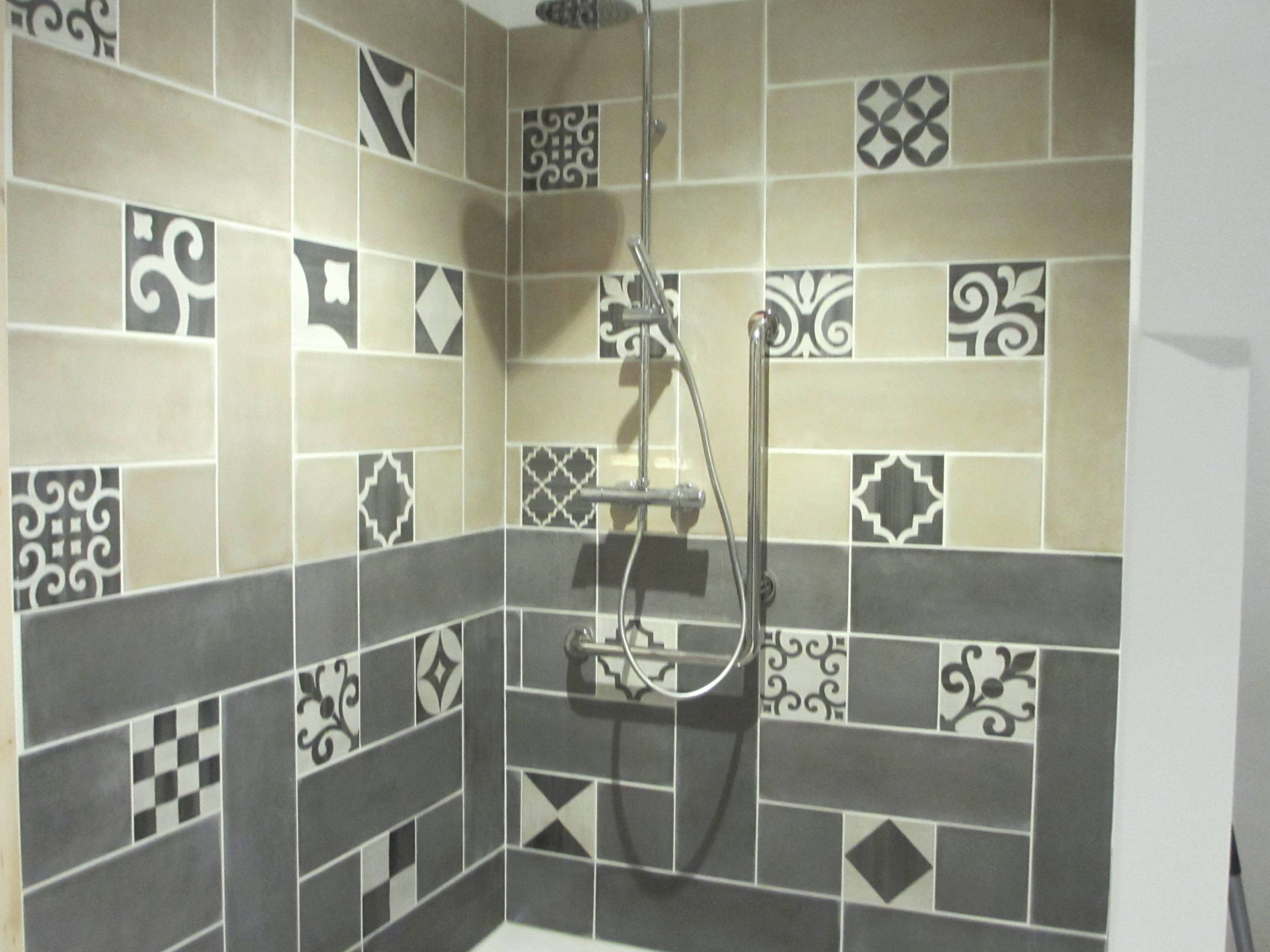 Salle d'eau et wc accessibles Rez de chaussée - accessible  -  Gîte La Grange  - Gites du Maréchat à Cabariot