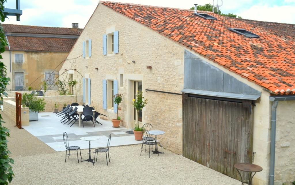 Terrasse La Grange - Gites du Maréchat à Cabariot - abri pour lave linge supplémentaire, sèche linge, rangements, stockage vélos à disposition, table de ping pong, jeux extérieurs palets, pétanque...
