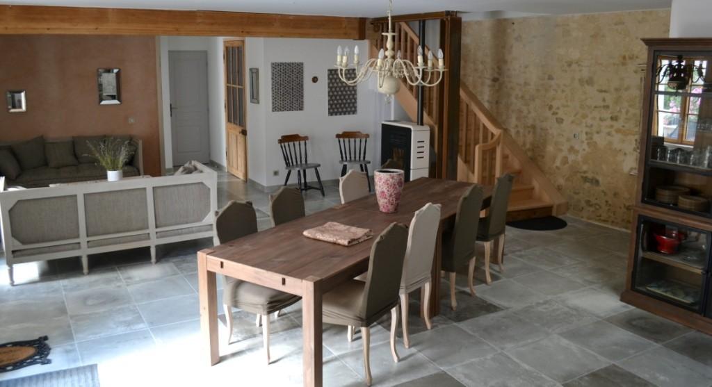 Table à manger modulable jusqu'à 18 couverts -  Gîte La Grange  - Gites du Maréchat à Cabariot