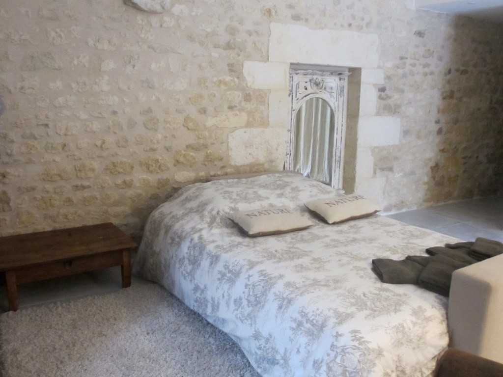 Gîte La Petite Grange - salon aménagée en chambre lit 160*200 cm- Gîtes du Maréchat à Cabariot