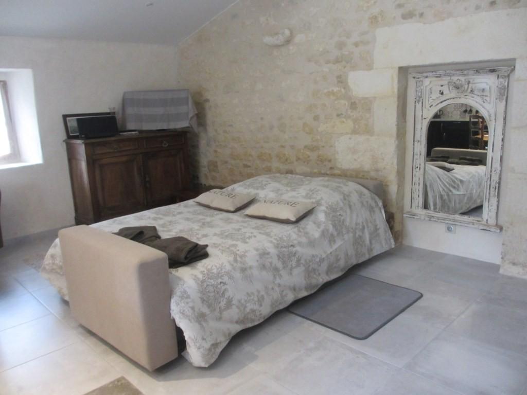 Gîte La Petite Grange - salon aménagée en chambre  lit 160*200 cm - Gîtes du Maréchat à Cabariot