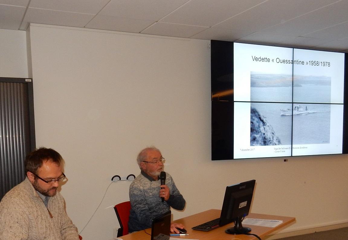 """Kelig-Yann COTTO préside le thème """"Mémoires de marins et passagers du bord"""" et Louis COZAN, ancien gardien de phare, fait son exposé """"Histoires de relèves""""."""