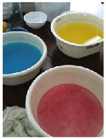 染色された楮と水