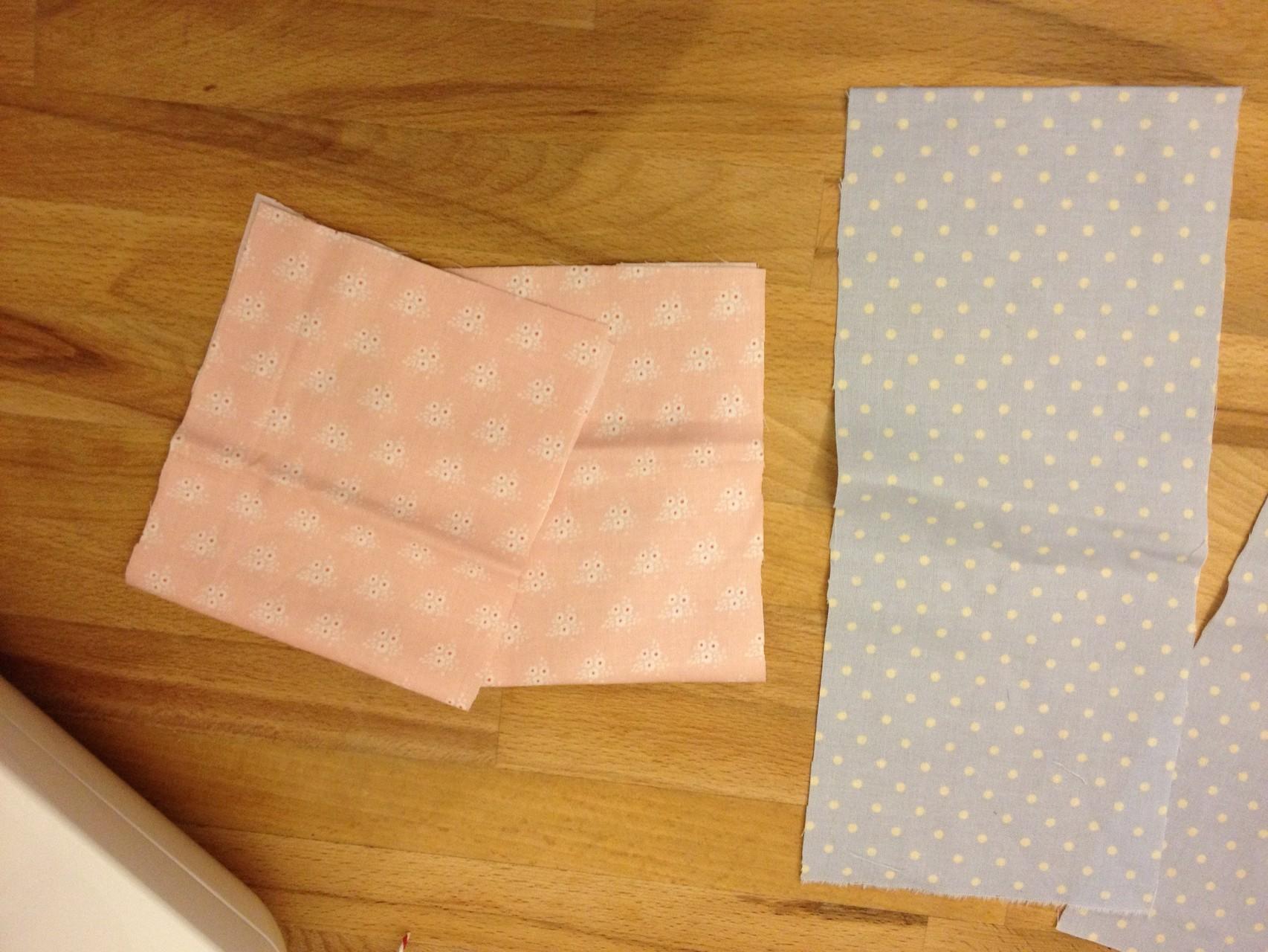 Zwei Streifen (bei mir rosa) klappt ihr nun jeweils so zusammen, dass die linke Seite innen liegt. (Wenn ihr nur eine Innentasche wollt, dann diesen Schritt nur einmal machen ;) )