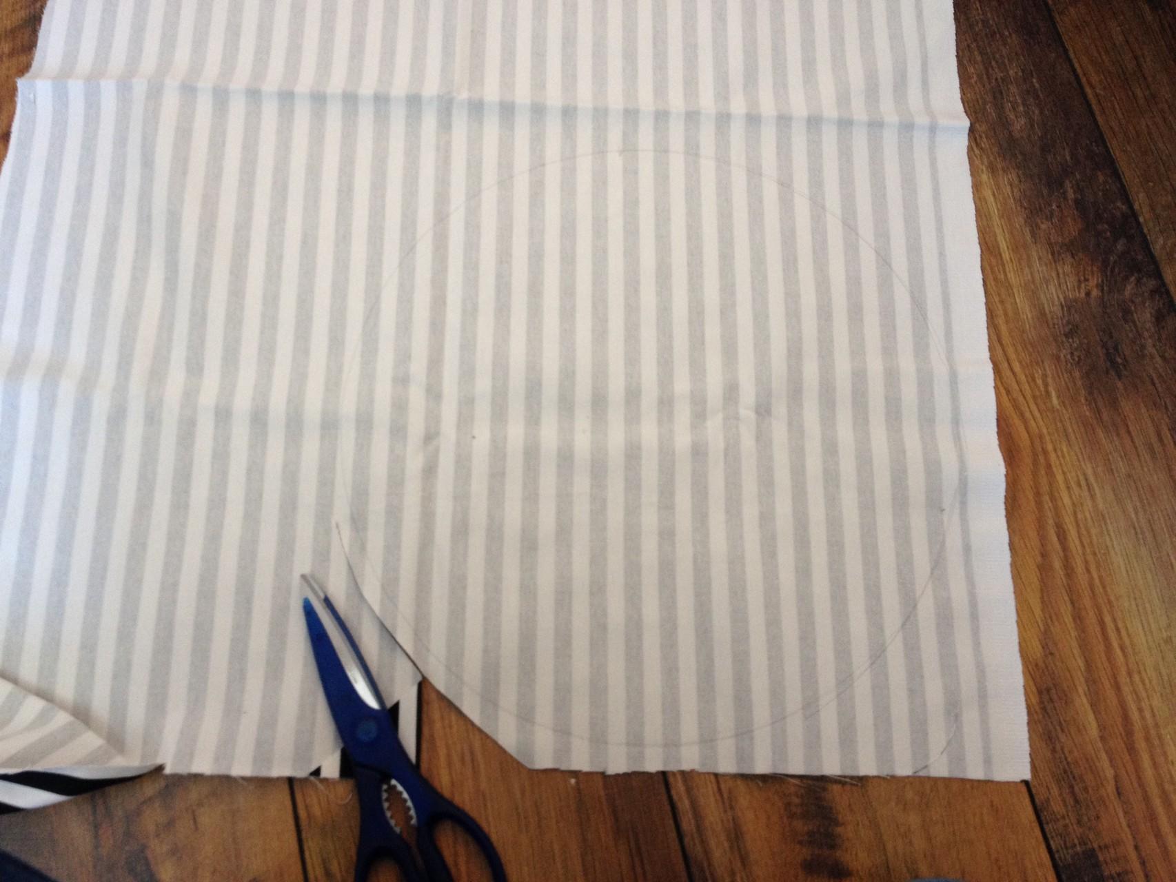 Zuerst einen Kreis in der gewünschten Bodengröße aufzeichnen und mit einer Nahtzugabe ausschneiden.