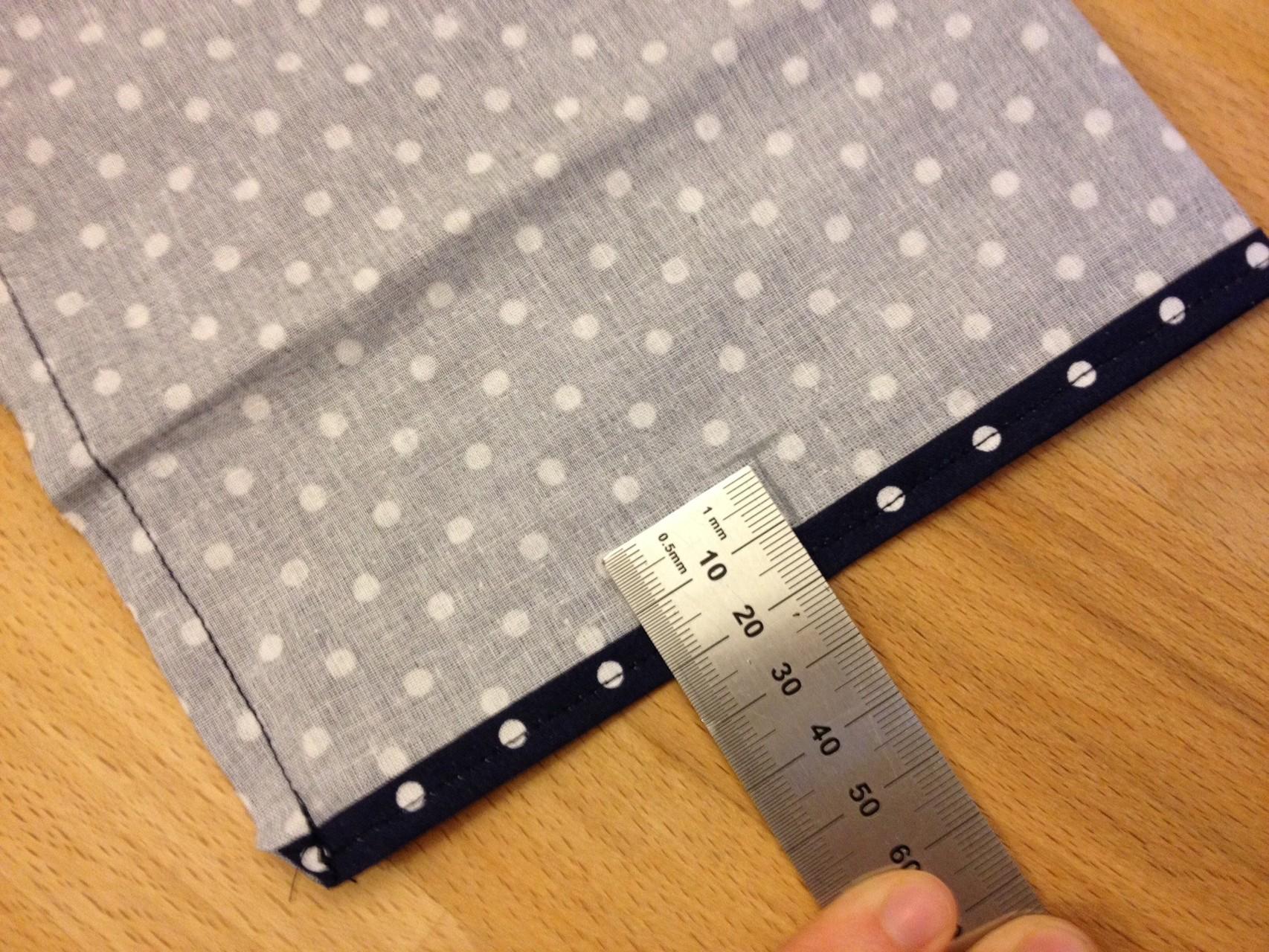 Für das Knopfloch und den Knopf bestimmst du auf beiden Seite die Mitte deines Stoffstücks und markierst diese in einer selbst gewählten (abhängig vom Knopf) Höhe (bei mir 2 cm)