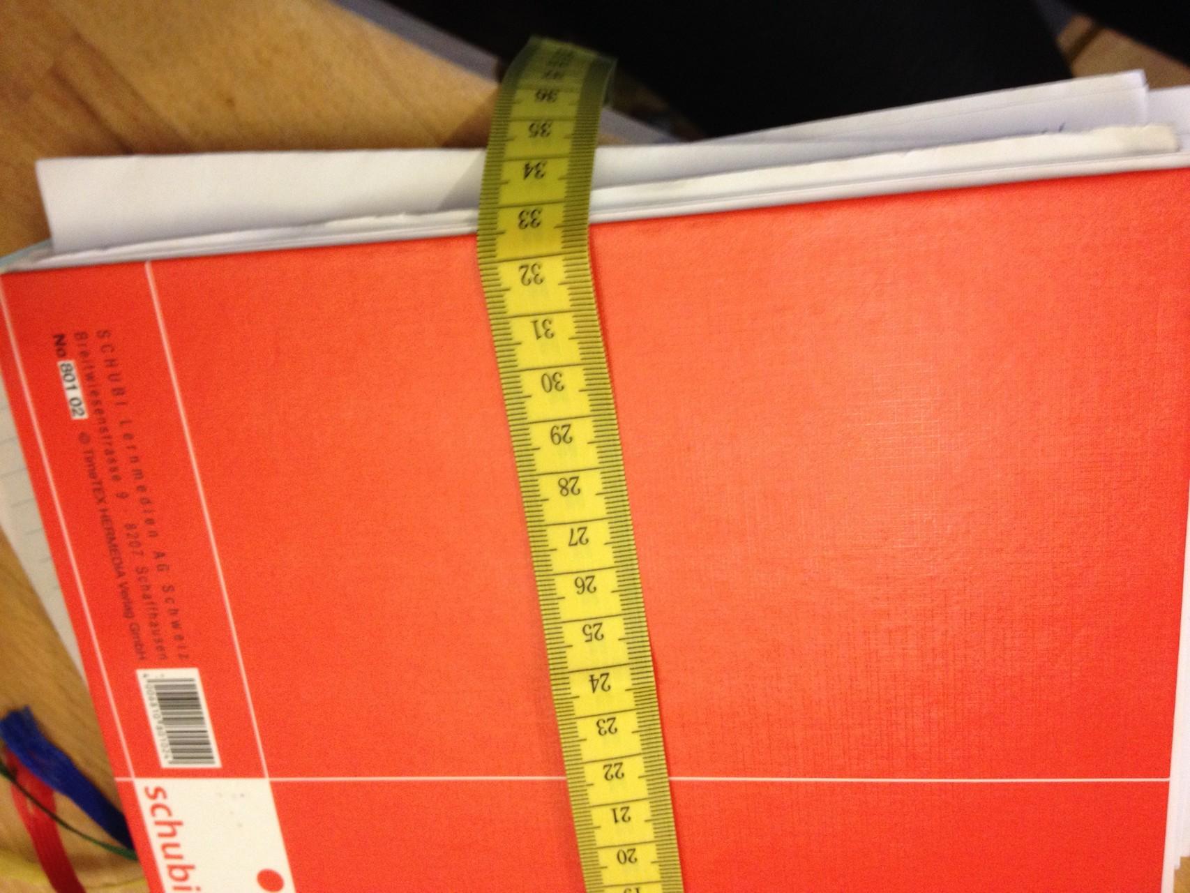 als auch die Breite. Wichtig dabei ist, dass ihr den Buchrücken mitmesst, sonst ist passt es am Ende nicht, weil die Breite ja im aufgeklappten Zustand größer ist.