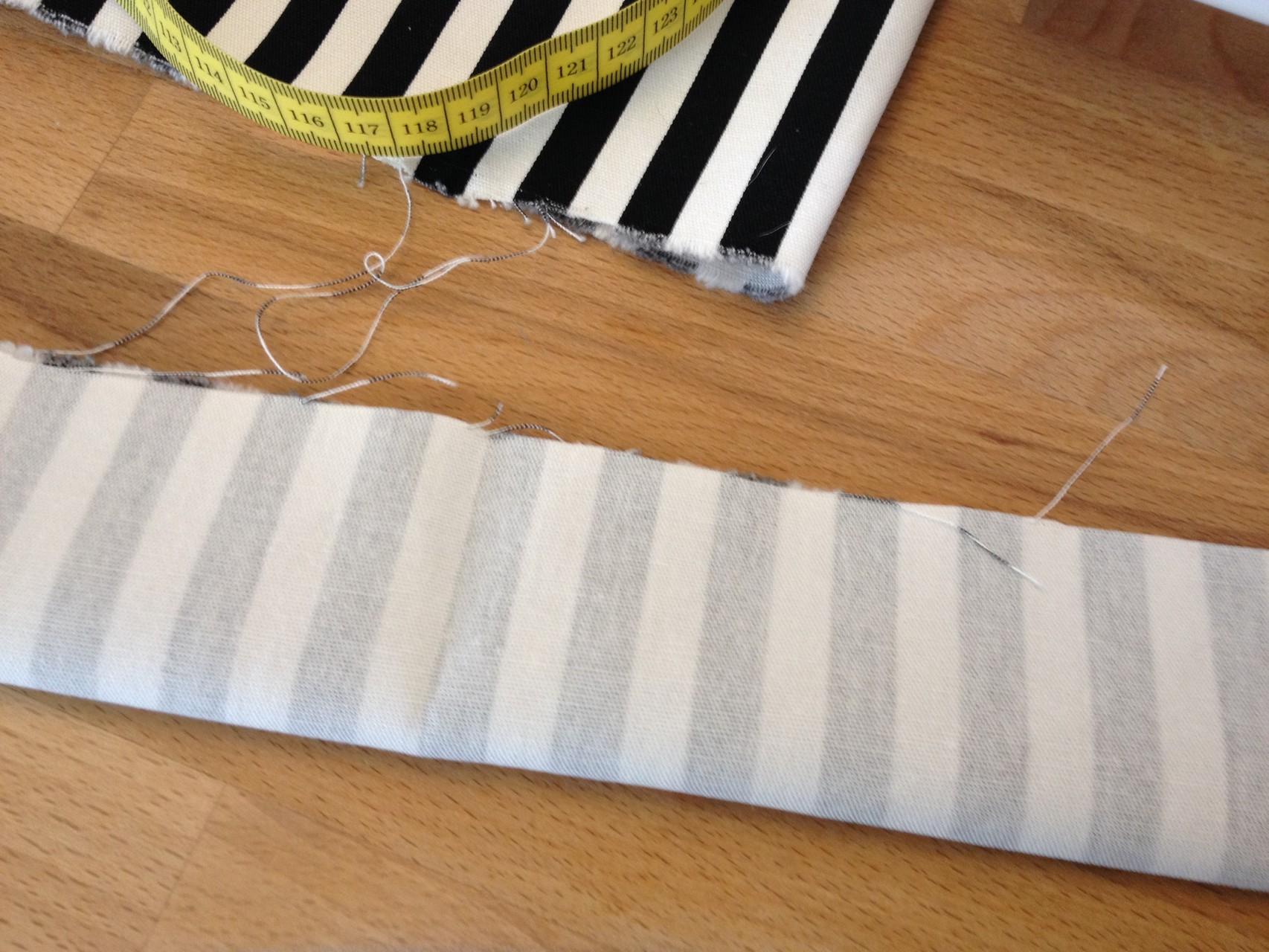 Nun die Träger herstellen. Dafür das ausgeschnittene lange Rechteck (meins ist ca. 10x44cm) rechts auf rechts klappen und die lange Seite mit einer gerade Naht verschließen, dabei das Verriegeln nicht vergessen. Mit dem zweiten Träger genauso verfahren.