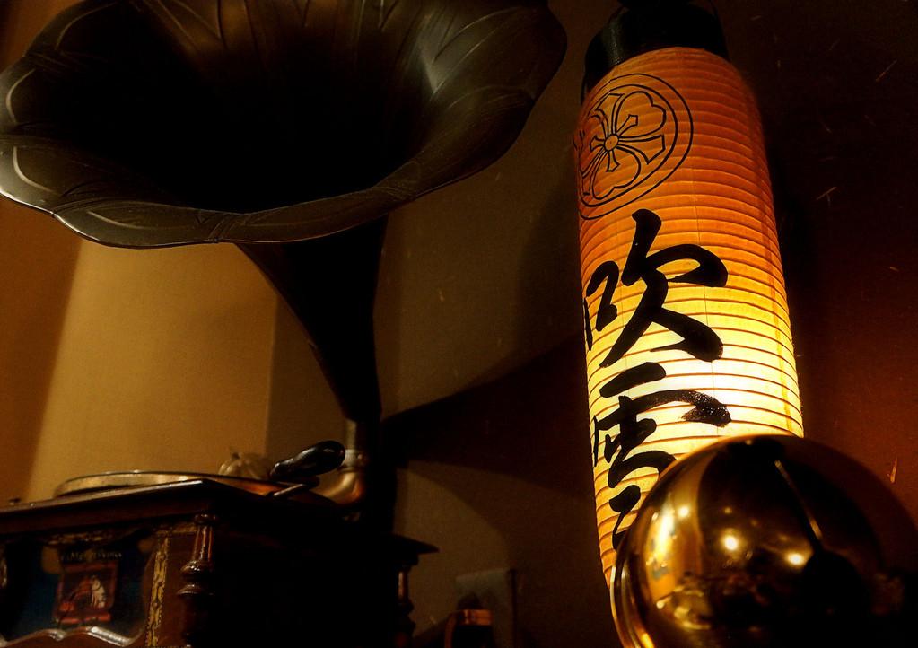 大正時代の蓄音機と時代を物語る『吹雪』の提灯がほっこり灯を灯す空間