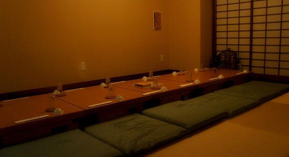 宴会時12名様の場合は囲炉裏端風のセッティングでタイムスリップしたかのように…
