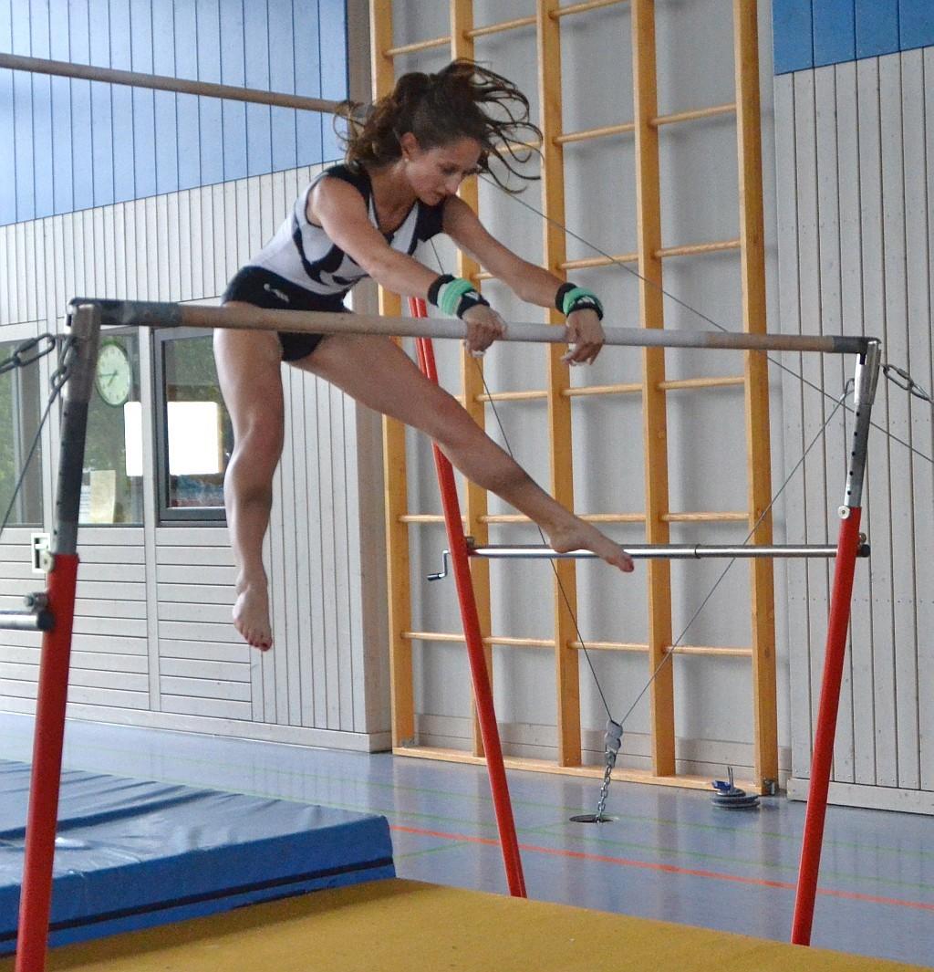 Jennifer Illenseer mit Drehkippe am Stufenbarren