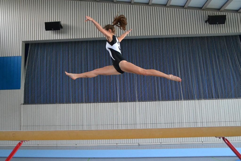 Jennifer Illenseer mit Durchschlagsprung am Balken