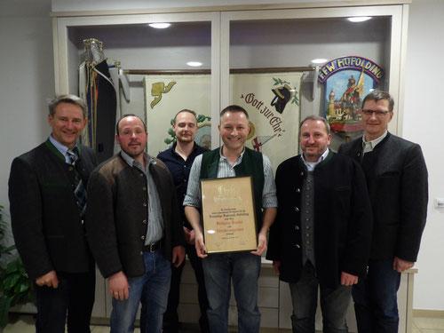 In der 143. Jahreshauptversammlung am 05.01.2017 wurde unserer ehemaliger 1. Kommandant Wolfgang Ürmösi für seine zahlreichen Verdienste zum Ehrenkommandanten der Feuerwehr Hofolding ernannt.
