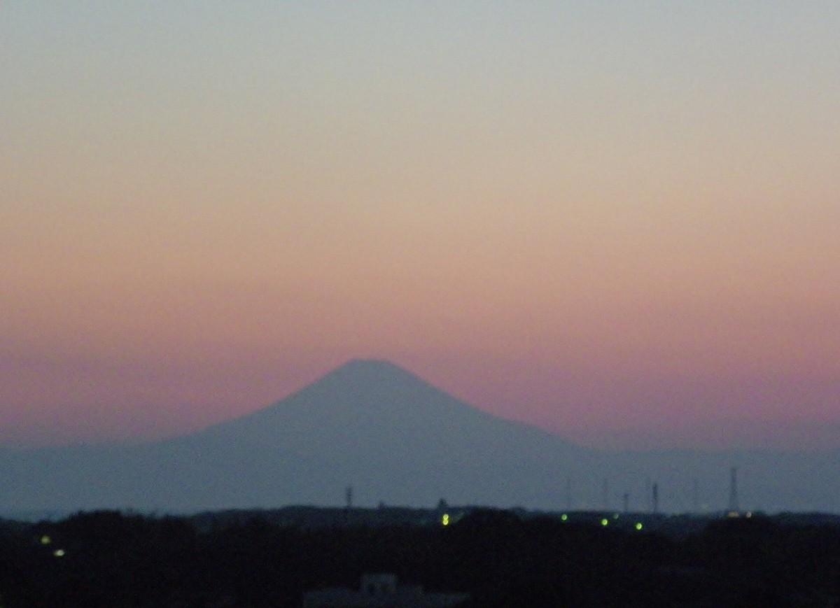 20時頃北の空に 〈富士山〉が。〈月と宵の明星〉がクッキリと次の画面