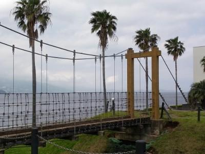 吊り橋とヤシの木と相模湾