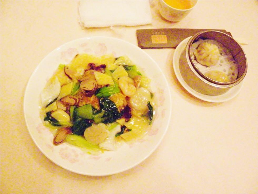 本日のランチ:海鮮やきそば、小龍包、杏仁ドーフ+横須賀カレー春巻