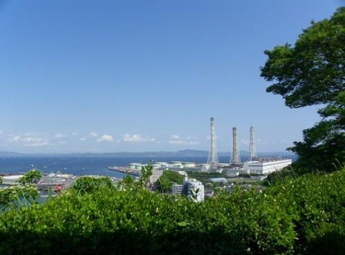 東京湾・・遠方に房総半島が見えます。右下は火力発電所