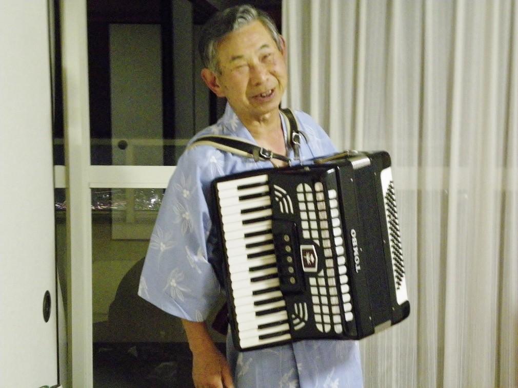 会長のアコーヂィオン演奏に合わせ合唱した