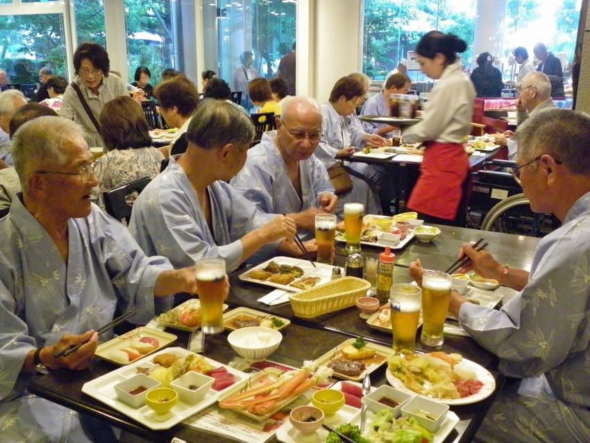 夕食・・ズワイガニがフンダンに食べられる