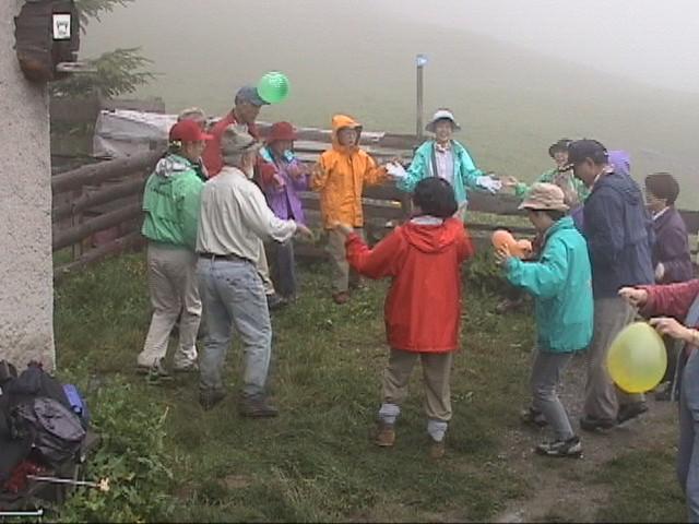 アルプ小屋の前で:小雨の中お爺さんとダンス