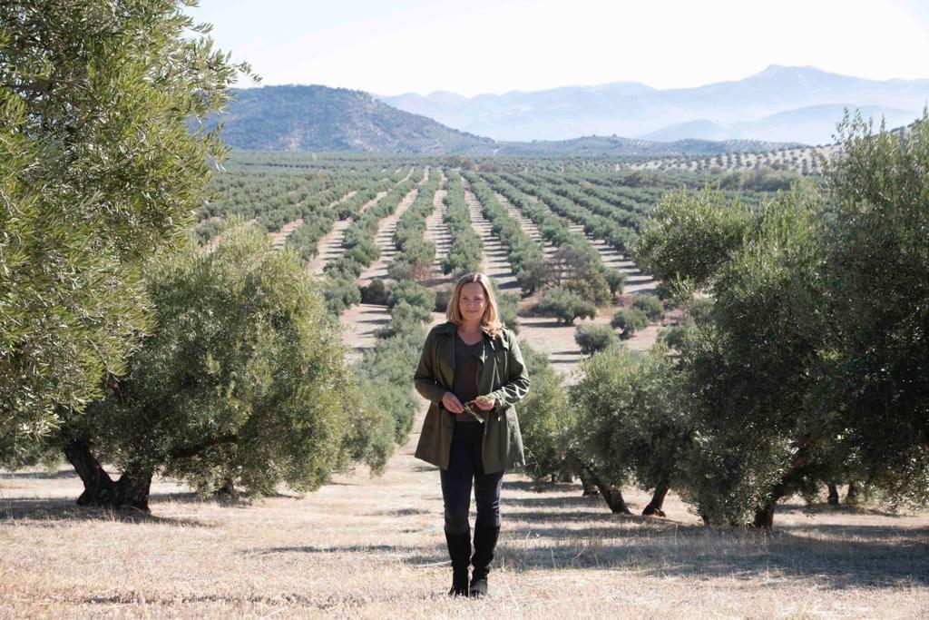 Kerstin Barduhn inmitten einer ihrer Lieblings-Olivenhaine