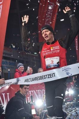 Das Zielbanner zeigt es an: Weltjahresbestzeit im Marathon