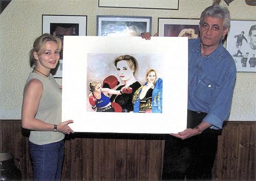 Regina Halmich und Joachim Thiess bei der Übergabe des Portraits