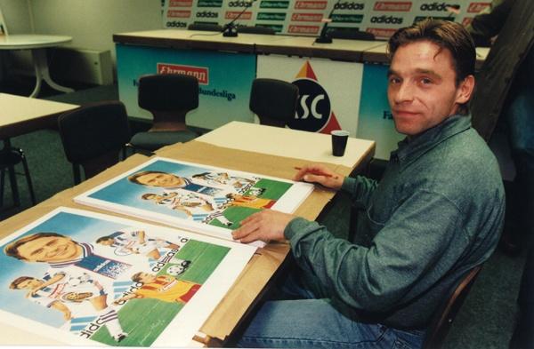 Thomas Hässler beim Signieren der Kunstdrucke