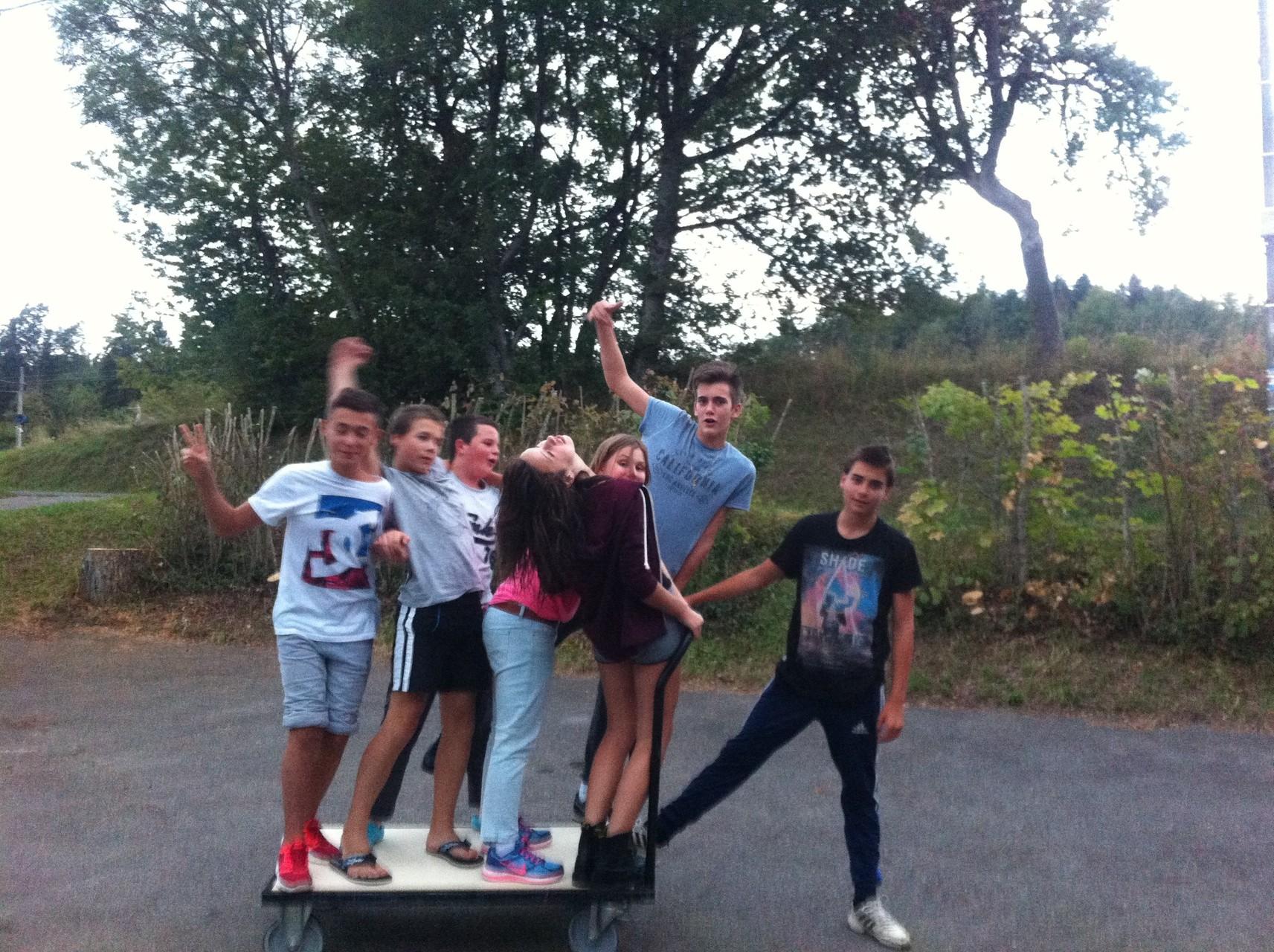 La rentrée, un jeu interdit, rouler avec le chariot pour déplacer les tables du salon. Une photo et hop, tout le monde à pieds !!