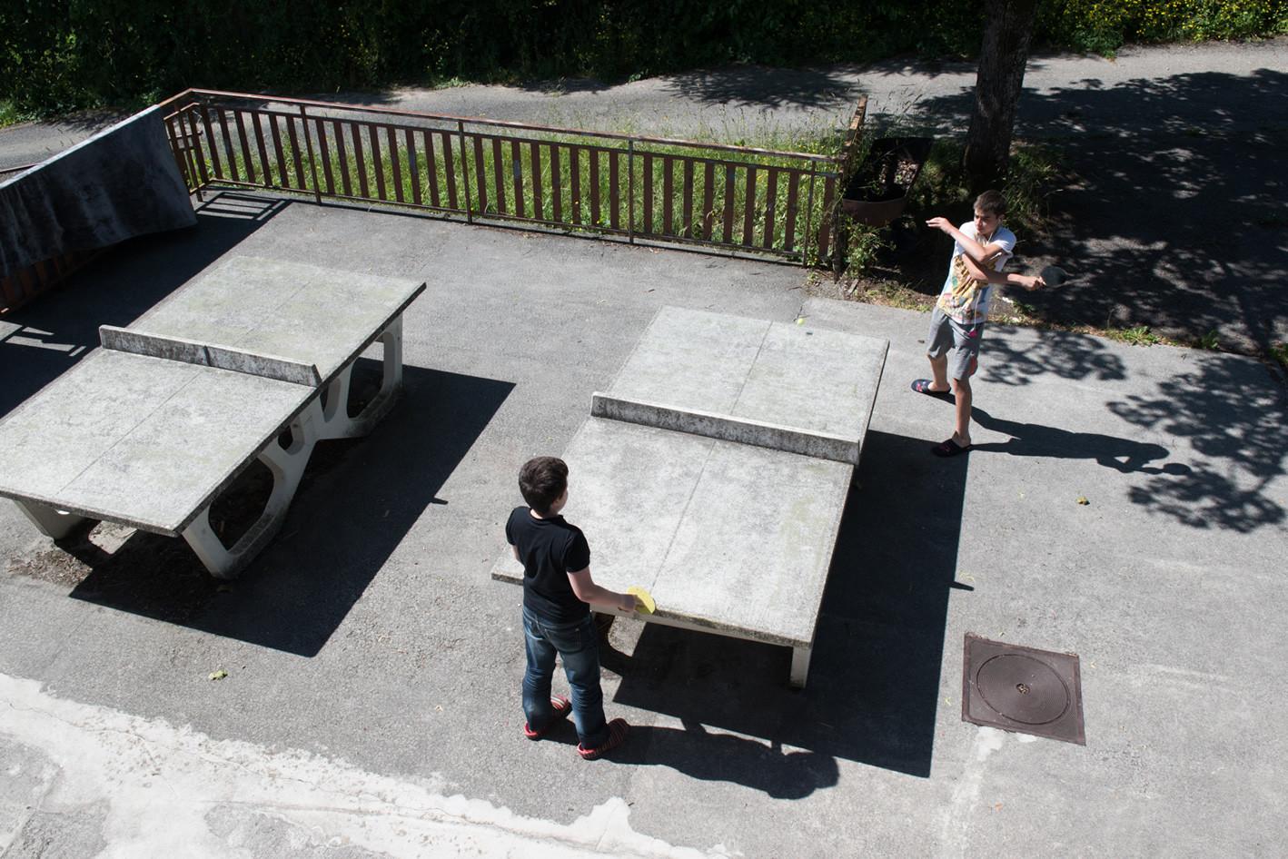 Pendant la pause, une partie de ping-pong.