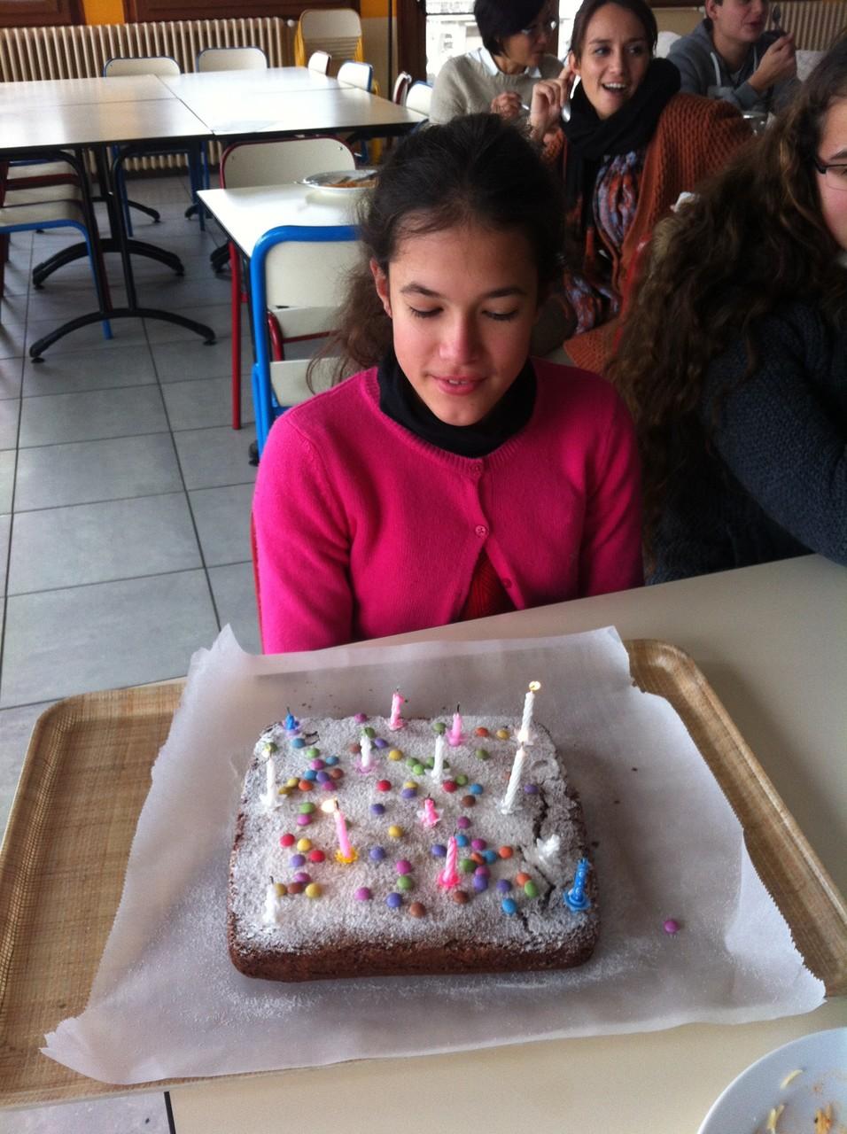 On fête les anniversaires avec le gâteau au choix de l'enfant. Adèle à choisi un bon gâteau au chocolat, saupoudré de sucre-glace et de smarties.