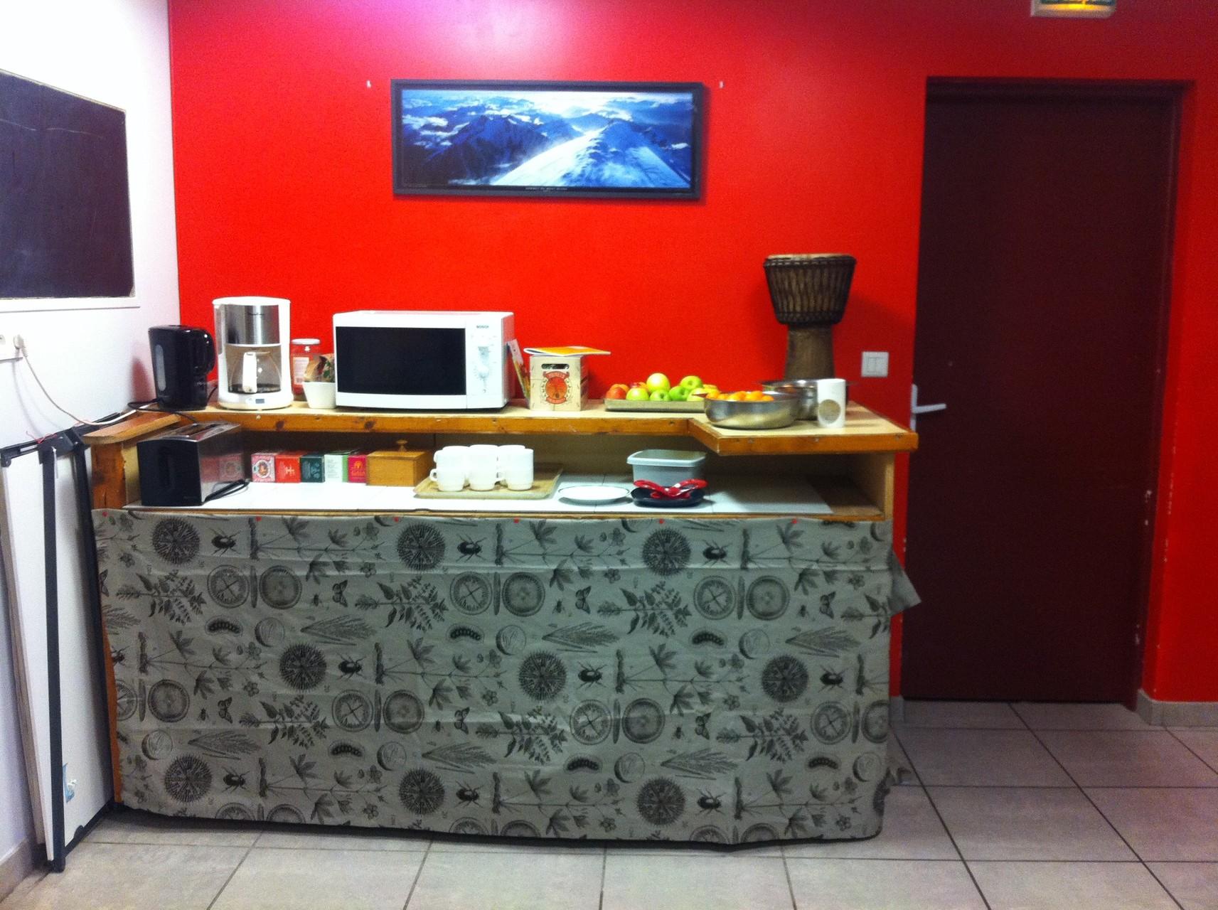 """Notre """"Bar à thé"""". Ici, les fruits sont en libre accès toute la journée, les thés et les tisanes ont réchaufé pendant l'hiver."""
