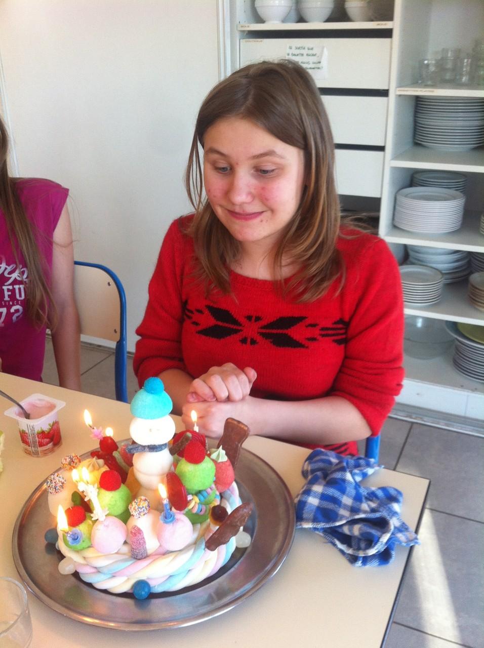 Adriane et son gâteau-bonbon à soufflé ses bougies comme il se doit avant que nous nous partagions les bonbons (les adultes n'étant pas en reste bien sûr !)