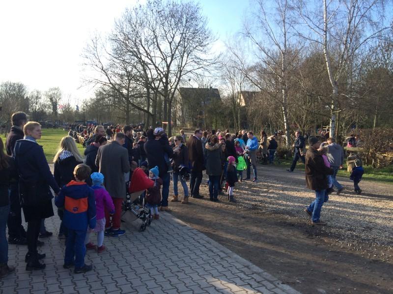 # Osterfeuer Schlange Ponyreiten- Anstehen fürs Ponyreiten. Diesmal brauchten die Kinder viel Geduld bis sie endlich reiten konnten.