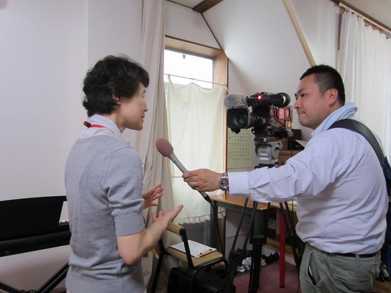 テレビ局のインタビューを受ける松岡さん