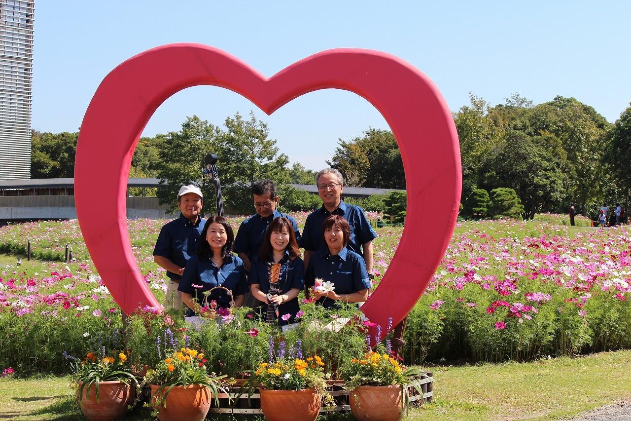 コスモスの花に囲まれて記念写真!みんなお疲れ様!