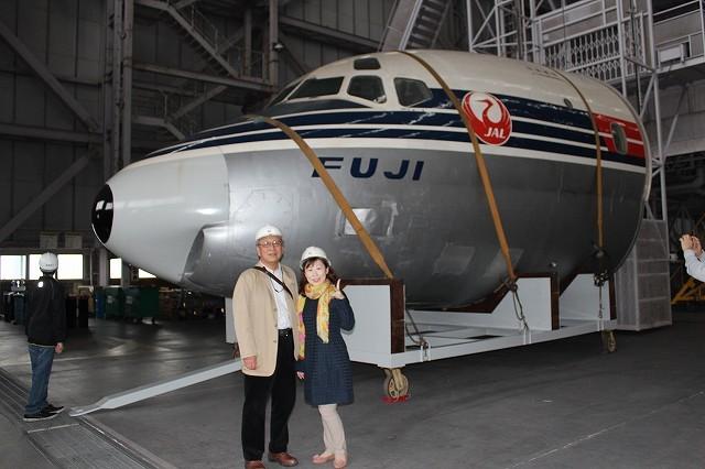 JAL初のジェット機の前で-1